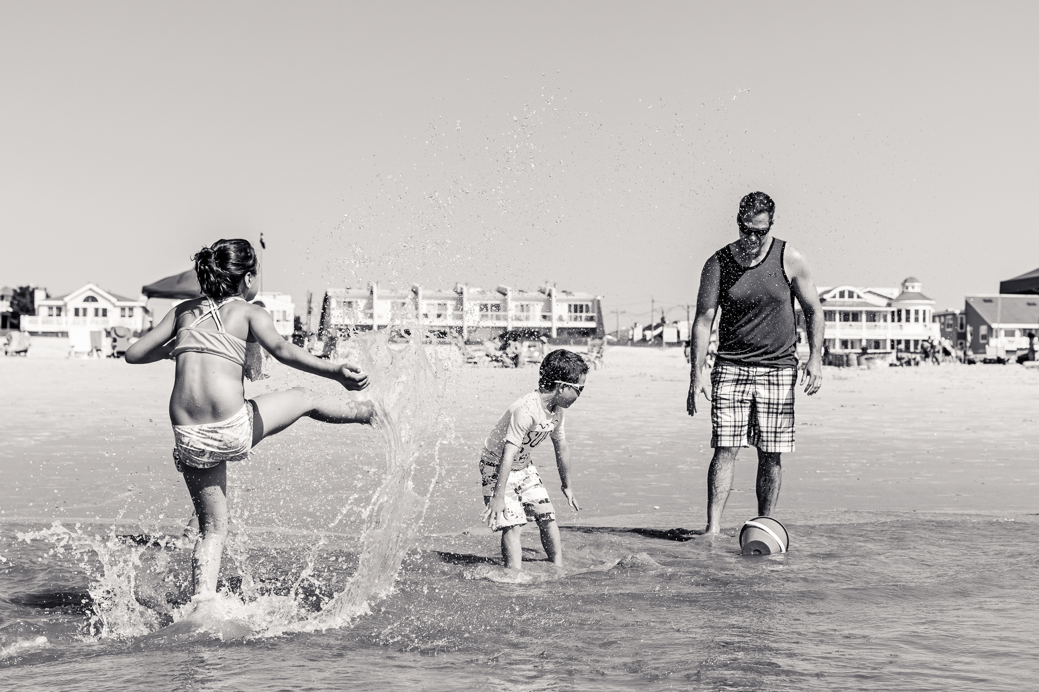 Nancy Elizabeth Photography | Jersey Shore Documentary Beach Photographer | Kicking water to Splash Family